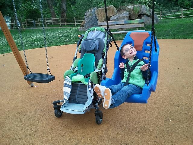 eugenische Aussagen - schaukelndes Kind mit Behinderung