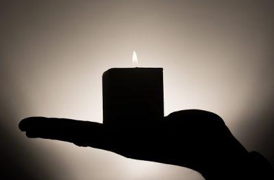 sterbehilfeorganisation exit - Hand hält brennende Kerze