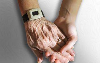 Sterbenden begegnen - junge Hand hält alte Hand