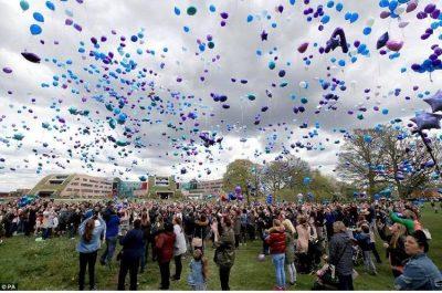 Todkrankes Kind Alfie Evans gestorben - Betroffene lassen vor dem Krankenhaus Luftballone aufsteigen